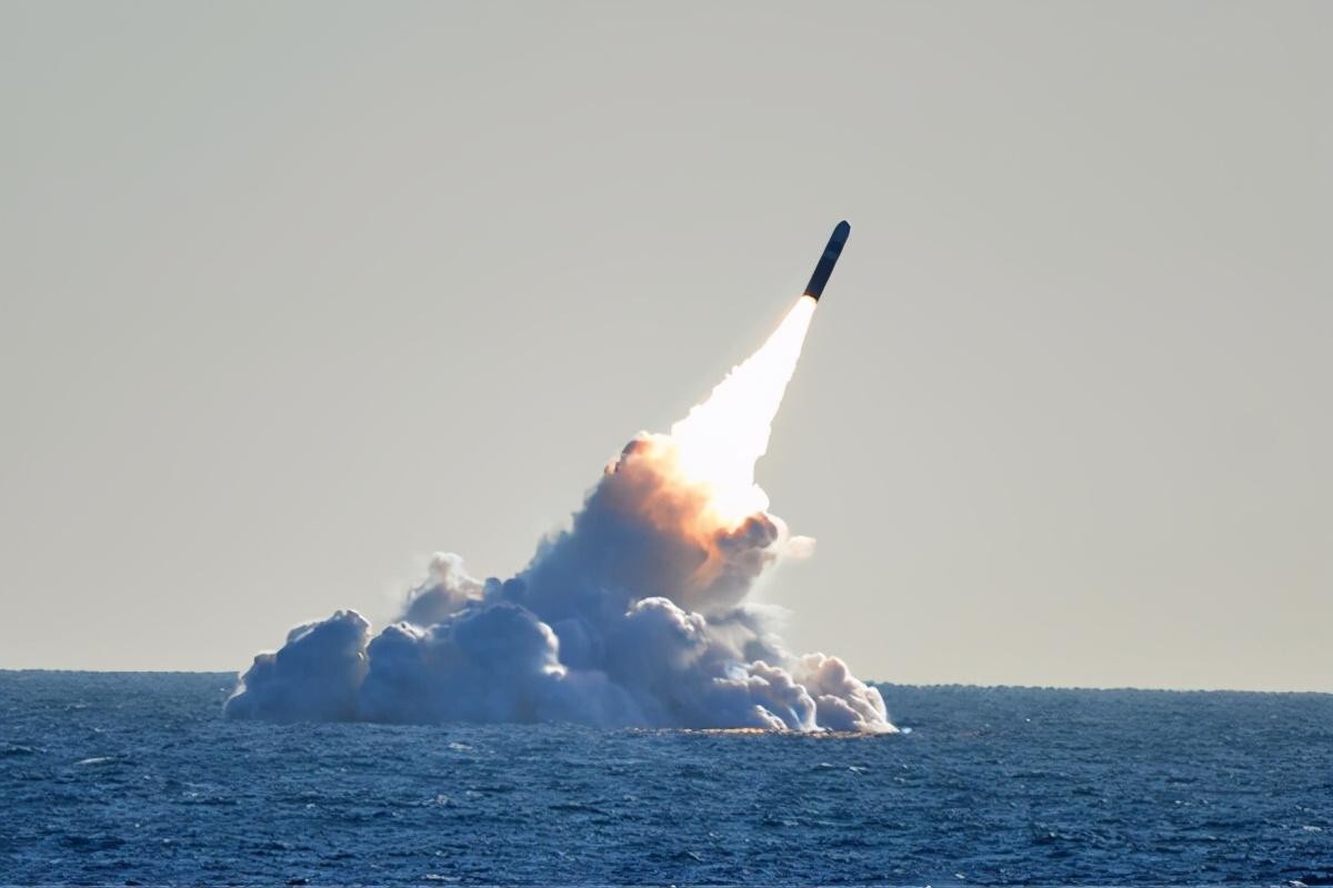 中国刚宣布中段反导,美军就发射潜射核导弹,奇异天象有如UFO