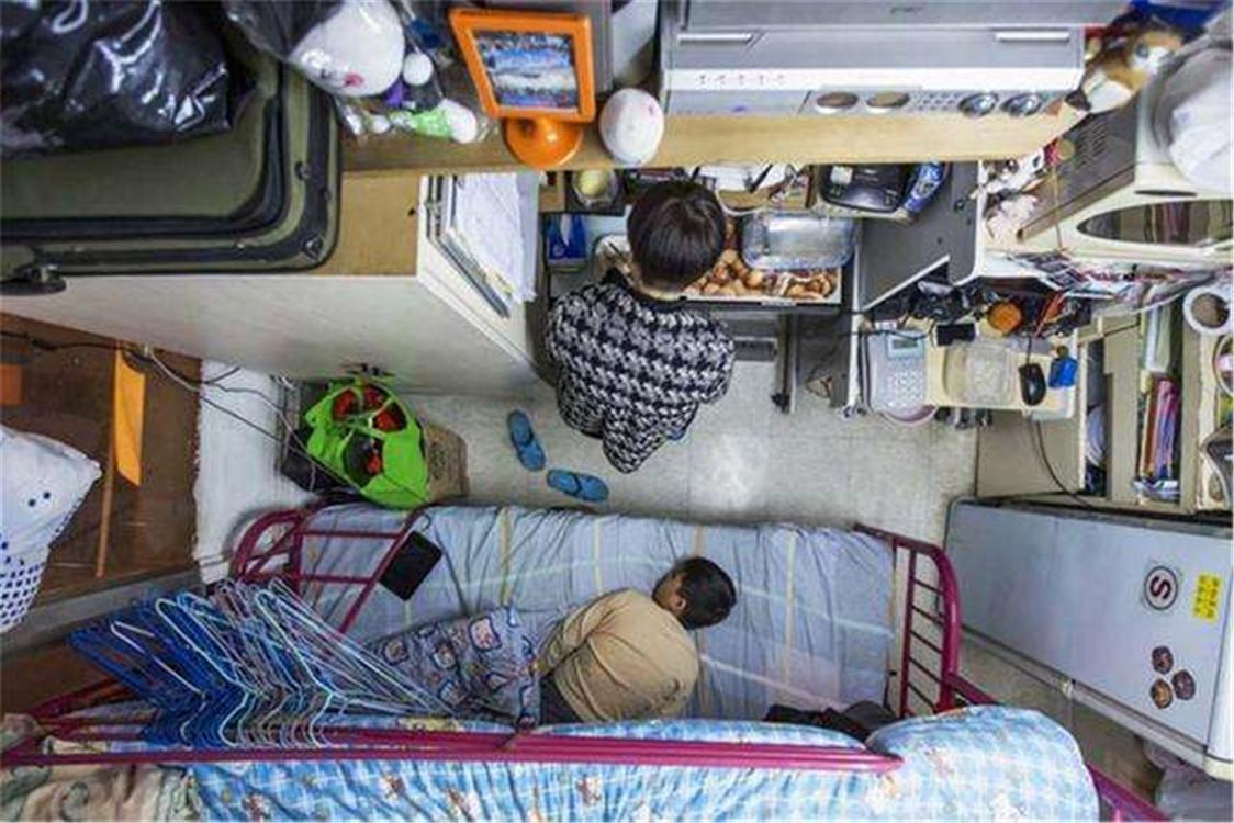 勇气可嘉!一家三口住24平房间,厨房用来当卧室,父母还生二胎