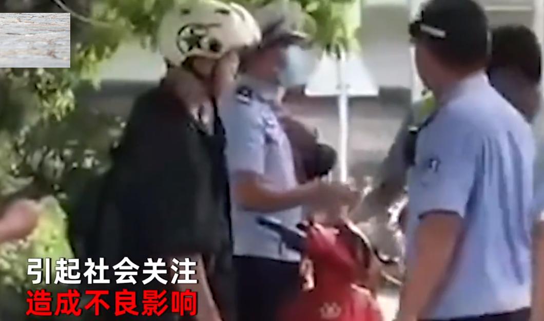 海南辅警执法时情绪失控,当街殴打电动车主,官方回应:已开除