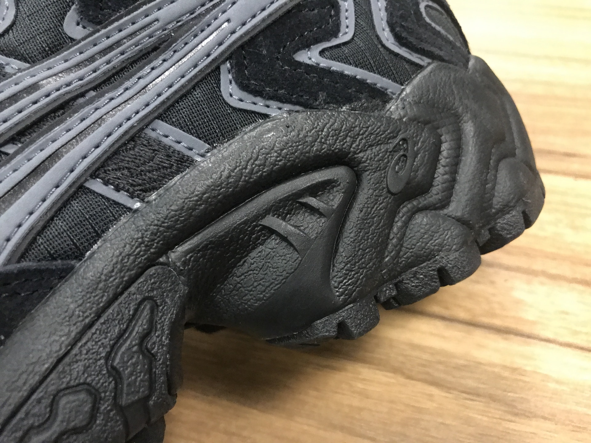 20年前的老土设计,亚瑟士重新打造,这款复古越野跑鞋再度回归