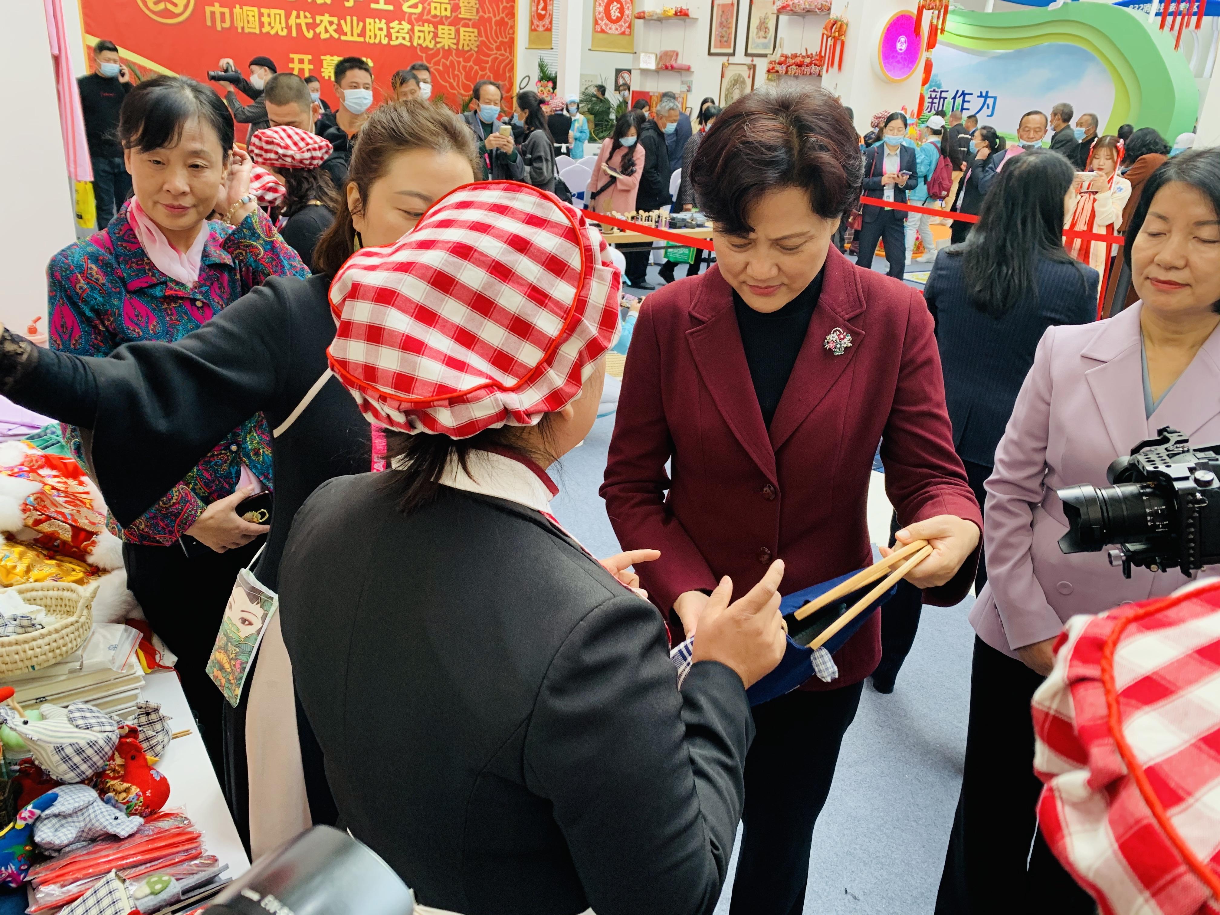 三秦妇女巧手绘就幸福农高会陕西妇联特色展馆吸引众人