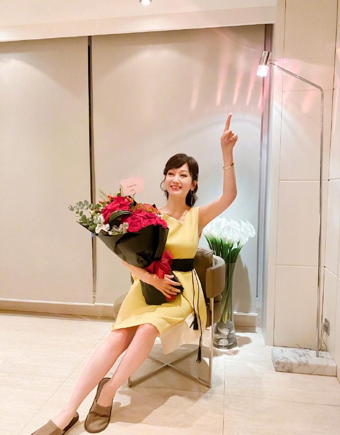 赵雅芝新庆生照!脚踩拖鞋穿黄色连衣裙,66岁寿星扮嫩意外好看