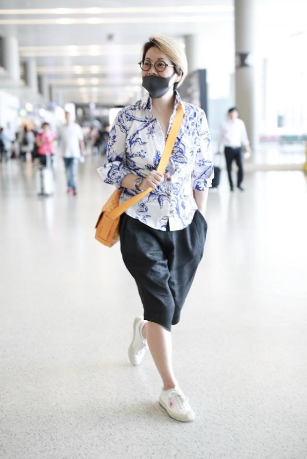 """毛阿敏虽然58岁了,却学小姑娘染了头""""奶奶灰"""",配花衬衫太减龄"""