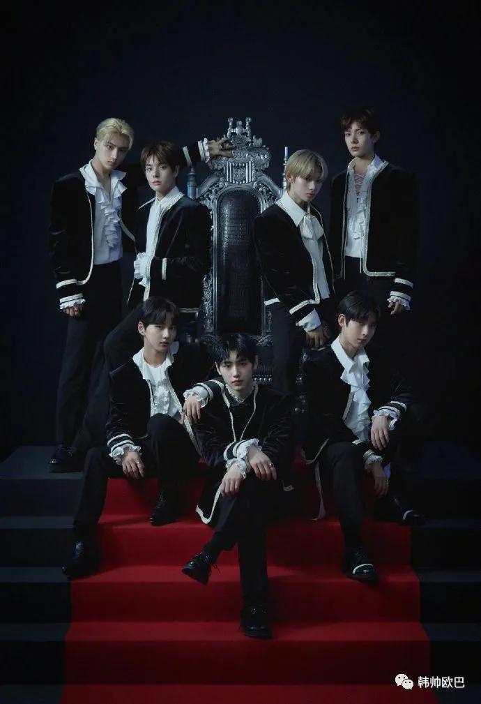 男团出道专辑团体概念照公开!复古高贵的王子风