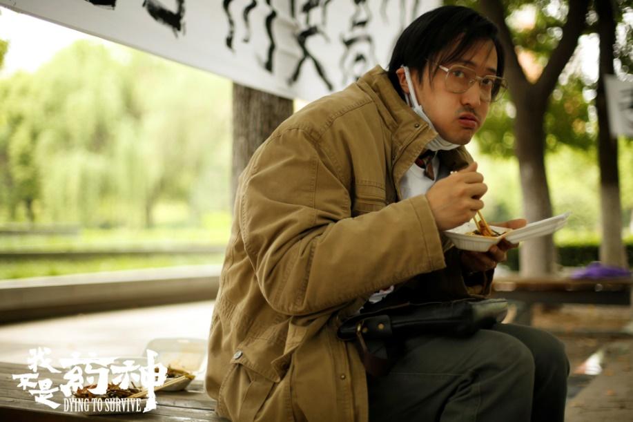 王传君与赵薇吃烧烤,满脸络腮胡亮相街边,他有6部电影即将上映