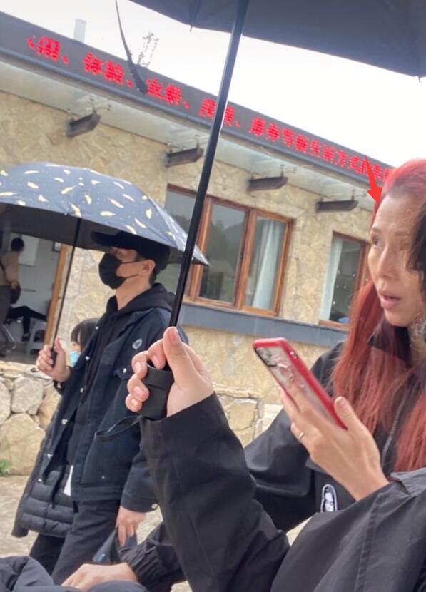 網友偶遇張晉夫婦帶家人逛街,48歲蔡少芬全素顏臉部鬆垮認不出