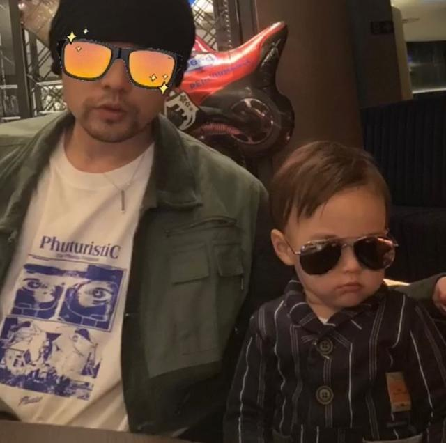 周杰倫衣服上奶茶圖案太逼真,兒子假裝用吸管品茶,畫面詼諧有趣