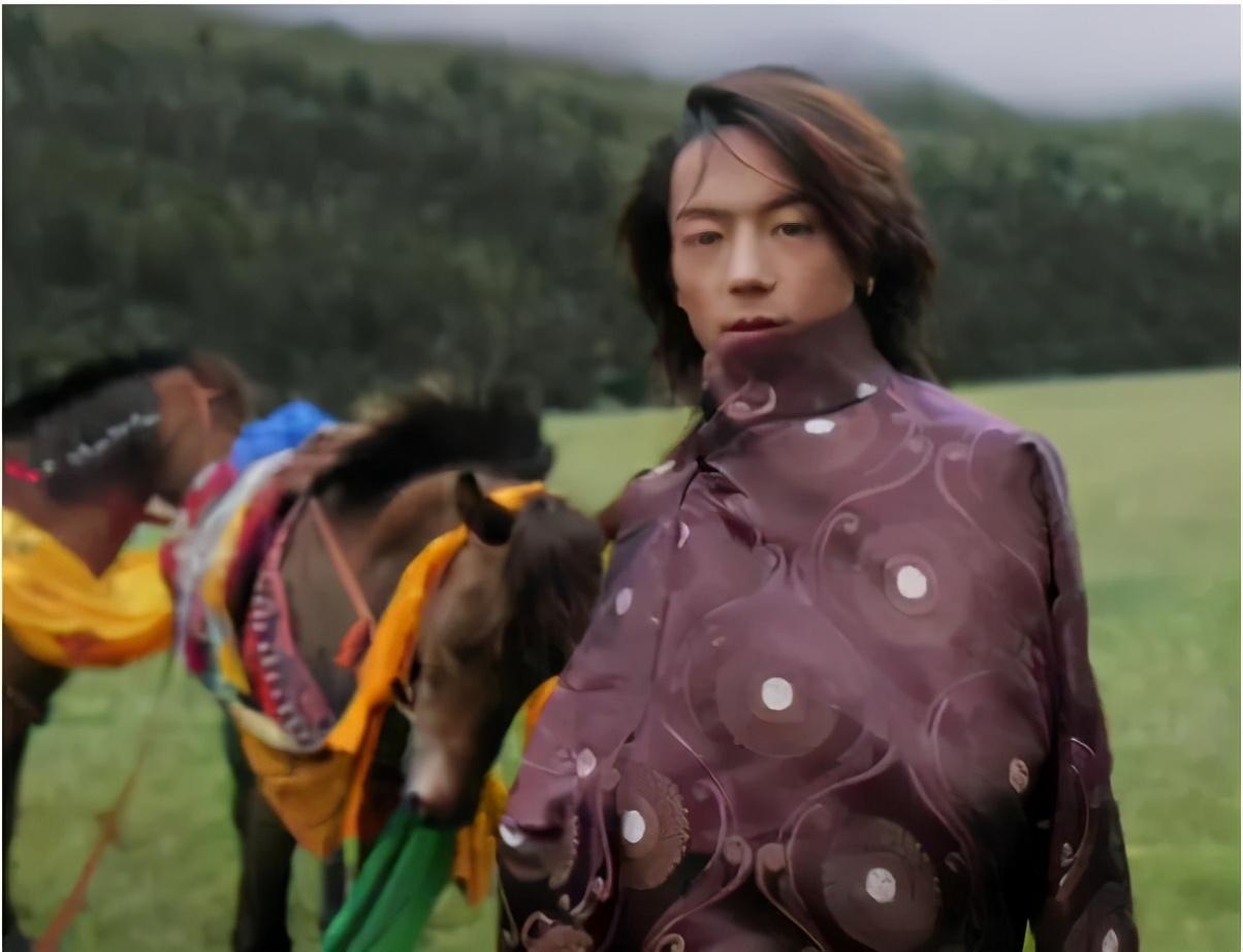 藏族男孩丁真旧照被扒,银戒指金耳环杀马特头型,网友大呼幻灭了