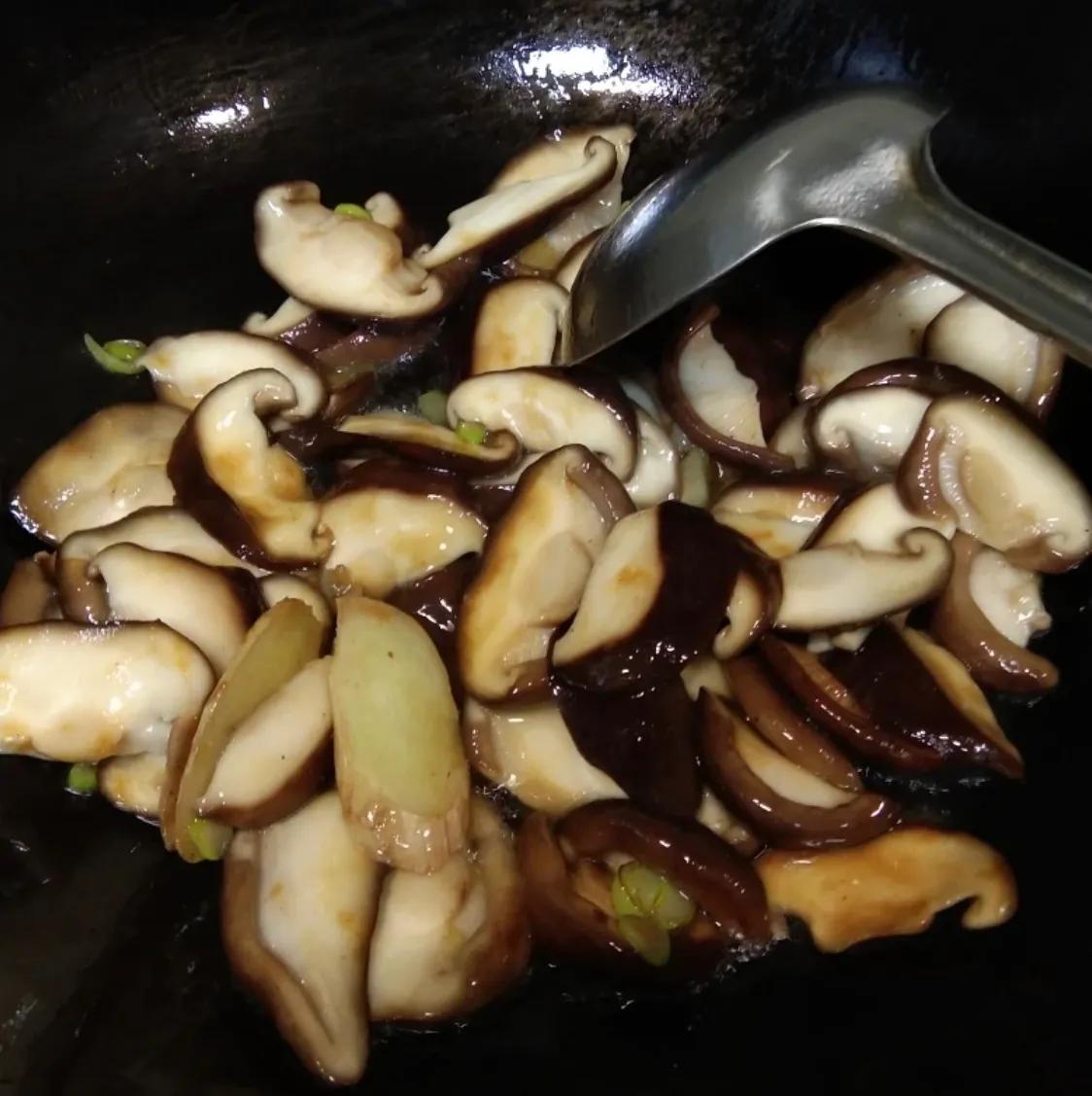最普通的家常菜:香菇油菜 美食做法 第7张