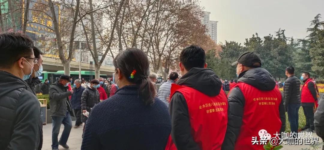 河南省会郑州各界群众自发纪念毛主席诞辰127周年!庄严肃穆