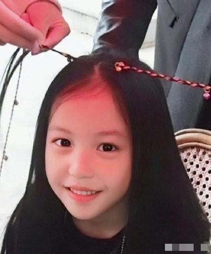 趙薇女兒11歲生日,連續6年每年捐款25萬做公益,善良有愛似天使