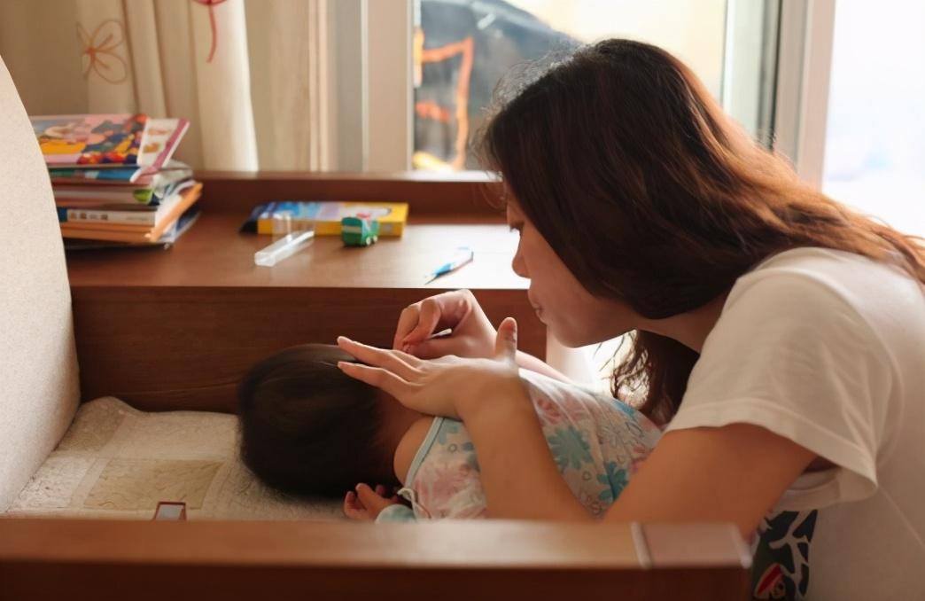 """照顾0-3个月宝宝:少抱多躺不摇晃,同时做到""""两勤三不要"""""""
