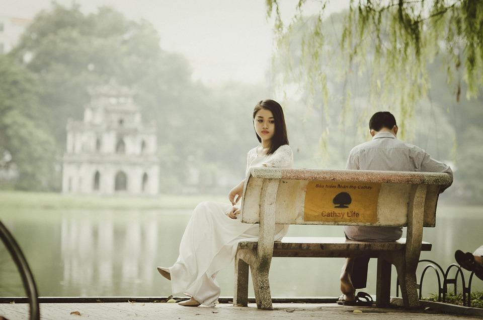 面对控制型伴侣,女性应该如何摆脱心理阴影,走出困境?