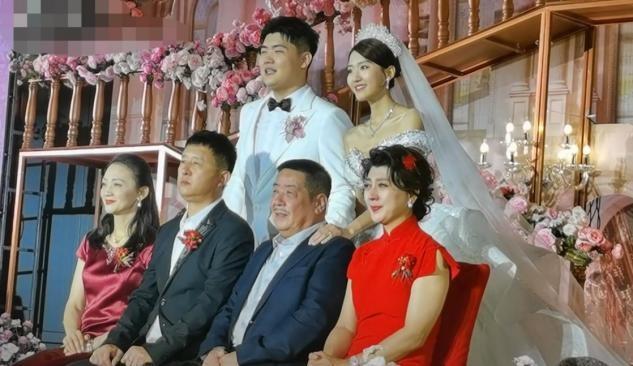 儿子大婚,闫学晶成泪人!带前夫和亲家合影,亲家母好有贵妇气质