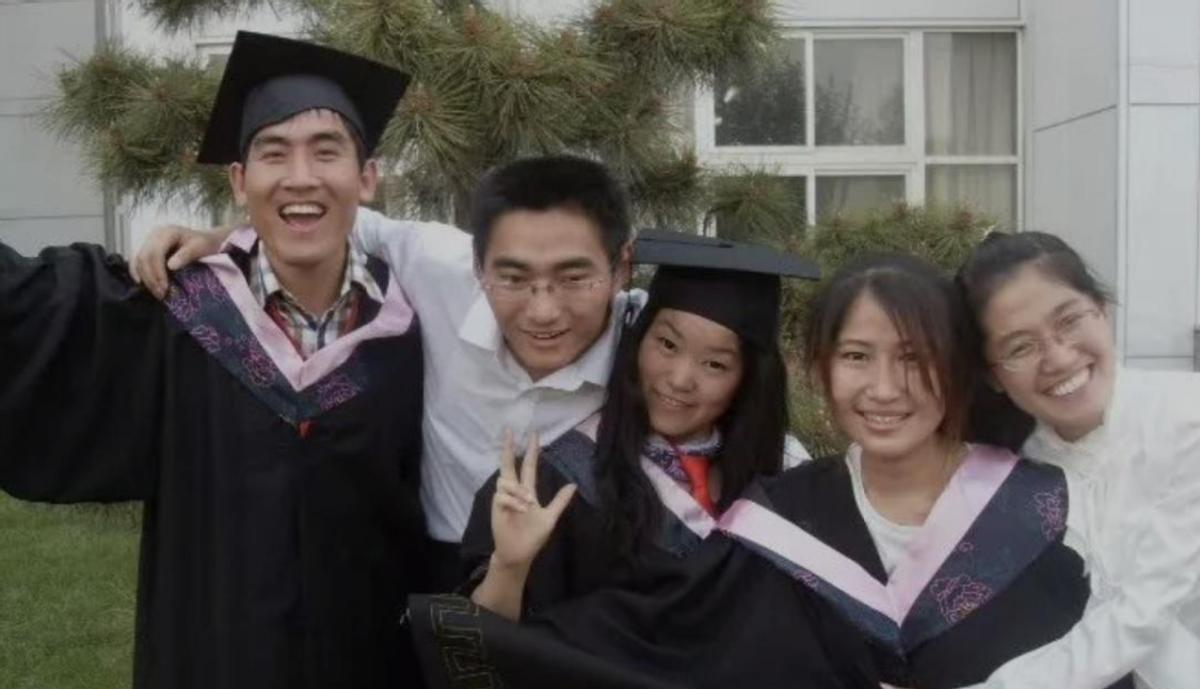 """13年前千里背疯母上大学,今获""""最美教师"""",网友:高贵的灵魂"""
