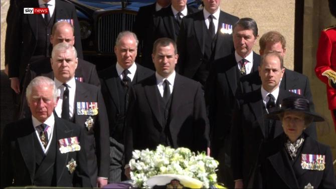 菲利普葬礼,哈里威廉首同框表情不自然,女王哭泣孙辈们却都淡定