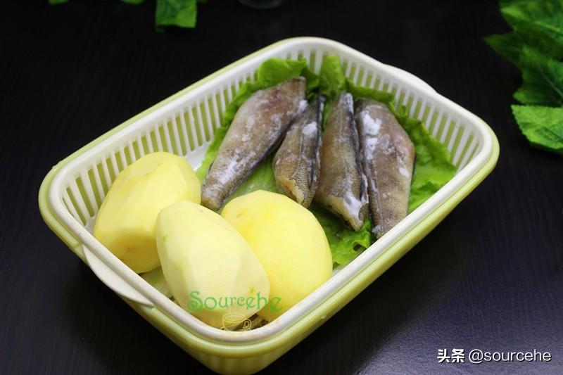 天冷就饞砂鍋煲,魚肉和土豆燉一燉,鮮香味美,熱乎乎很暖胃