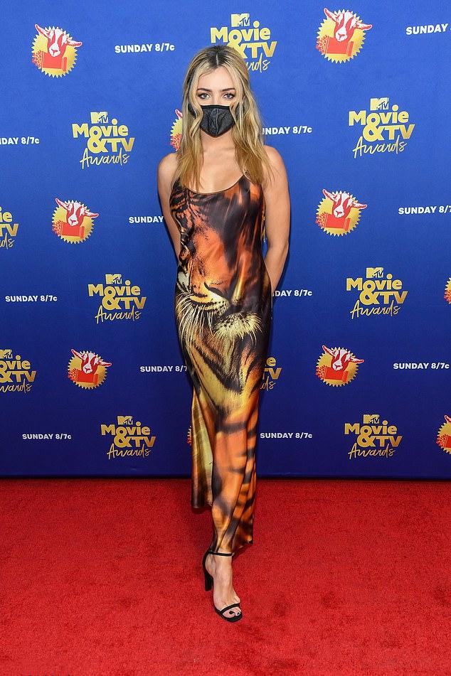 佩顿·李斯特穿着无袖老虎印花连衣裙在红地毯上,展示着迷人风情