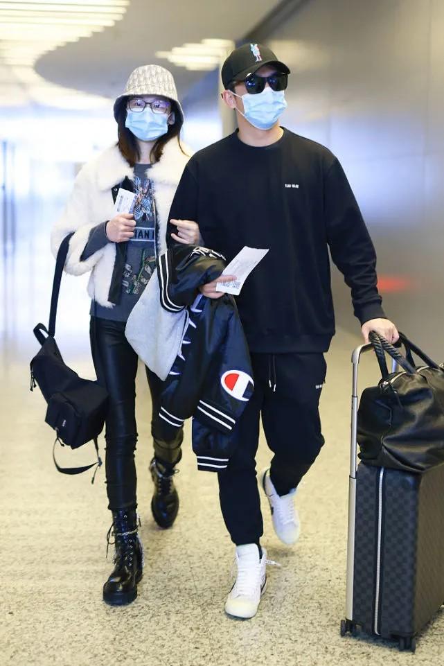 郑恺携妻走机场,二人都手拿外套好默契,苗苗