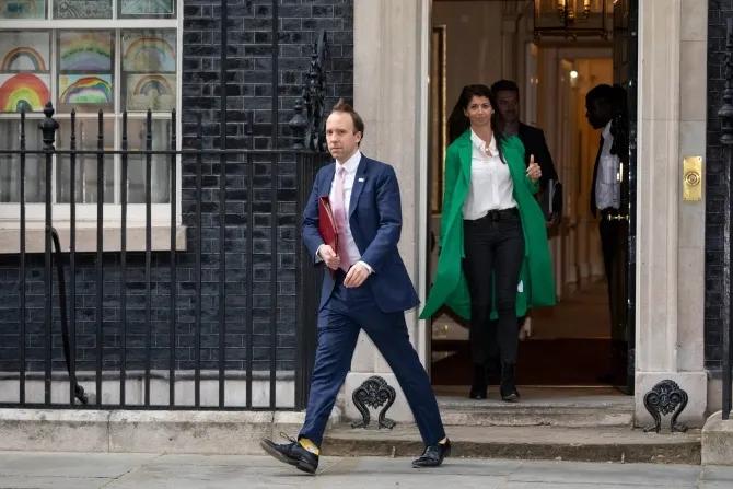 英国政府的瓜又来了!卫生部长被曝和美女助理在办公室接吻…