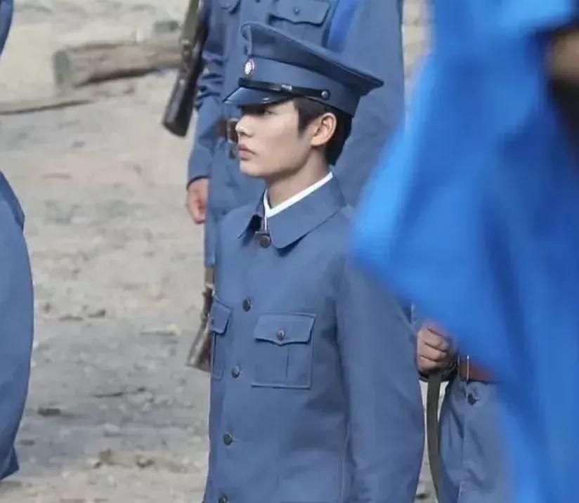 《一见倾心》男配穿军装化眼影,造型违和被嘲,和科班男主差太多