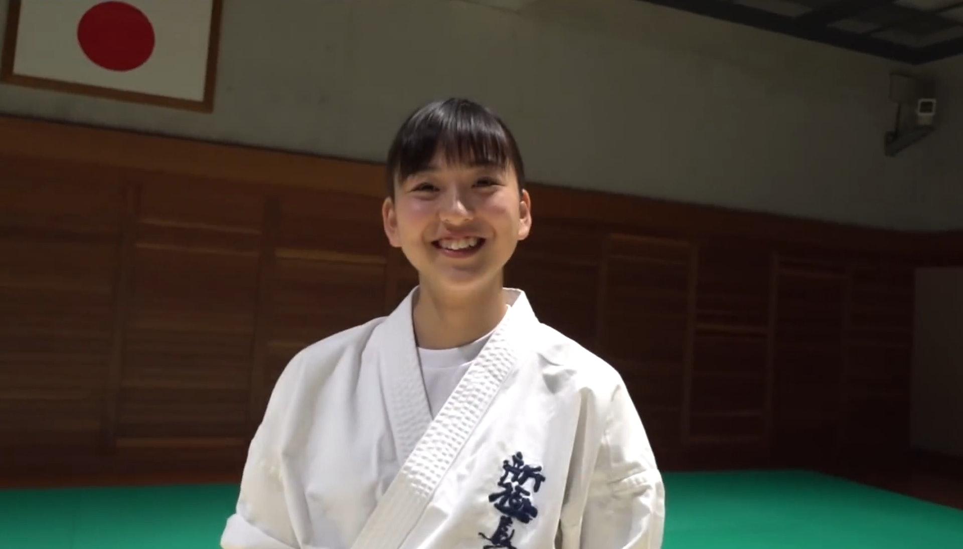 日本17岁少女爆红,金钟罩钢铁腹肌壮汉打不动,擅长巴西蹴绝技