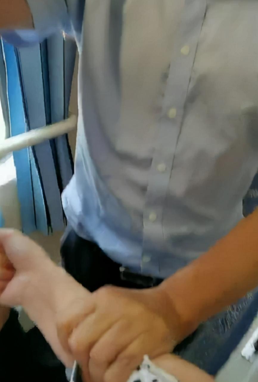 女子在火车上遭六旬男乘客酒后多次骚扰:被紧拽胳膊拉出车厢,乘务员调解时对方声称是上海某国企干部