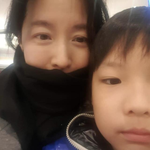 49岁李英爱带孩子玩,9岁龙凤胎身高到妈妈肩膀,女儿可爱漂亮