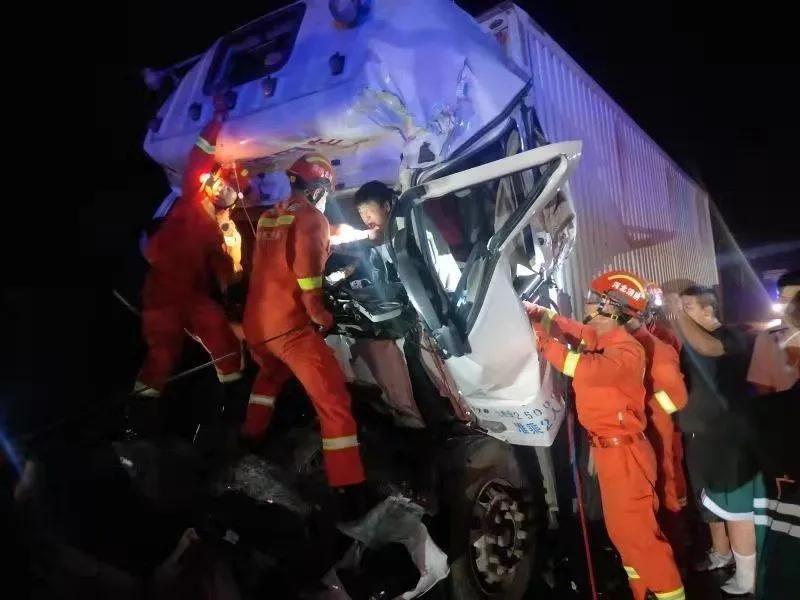 两车相撞司机被困 广平消防紧急救援