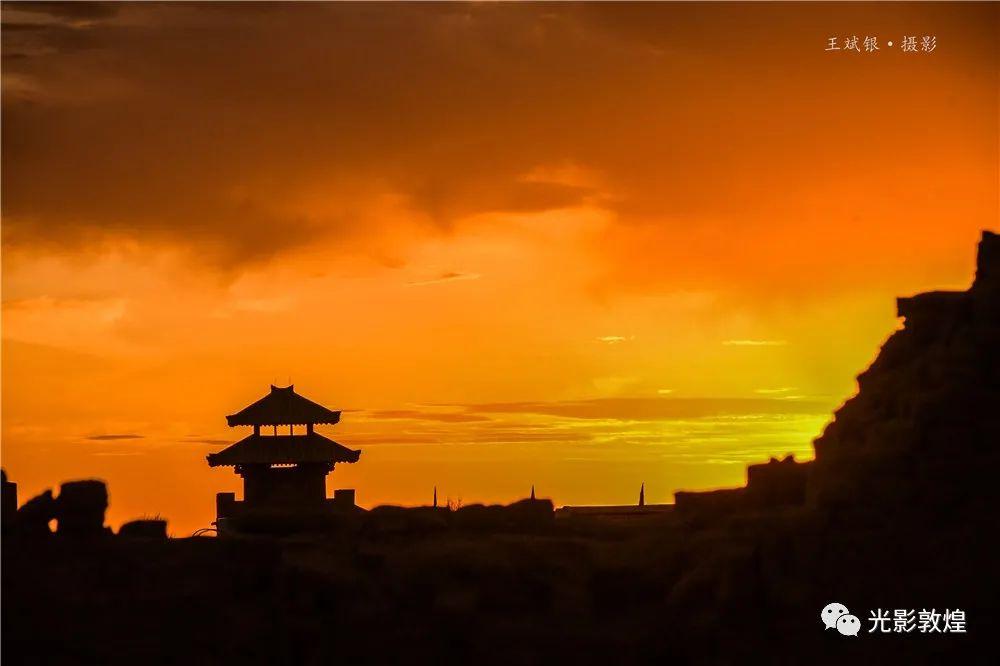 阳关景区壮丽火烧云惊艳众游客