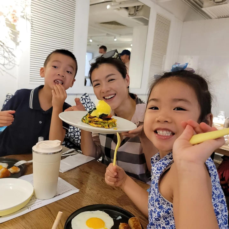 陈茵媺一家五口周末聚餐欢乐多,和陈豪合照突然尴尬,画风太可爱