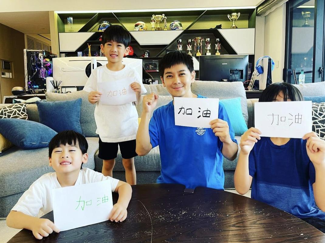 """林志穎攜3個兒子手寫""""加油"""",助力台灣抗疫,正能量滿滿"""