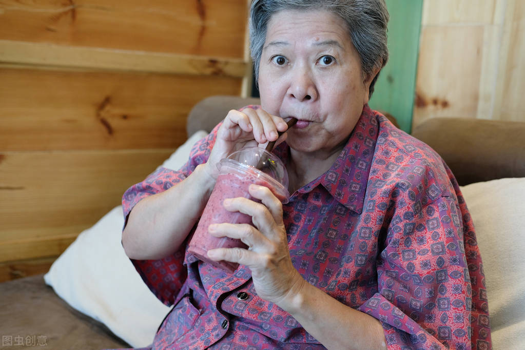 65岁老太太创业,用几双2块钱的袜子,月入过万,儿媳妇都来帮忙