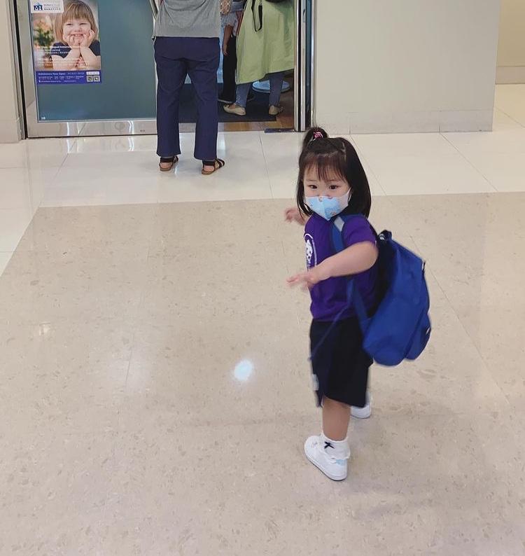王祖藍帶大女兒出遊,父女倆眼神動作同步相似,很像哥哥和妹妹
