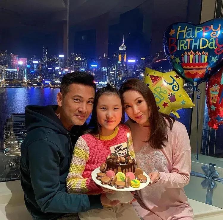 郭可盈林文龍夫婦曬全家福,11歲女兒新年向父母敬茶乖巧懂事