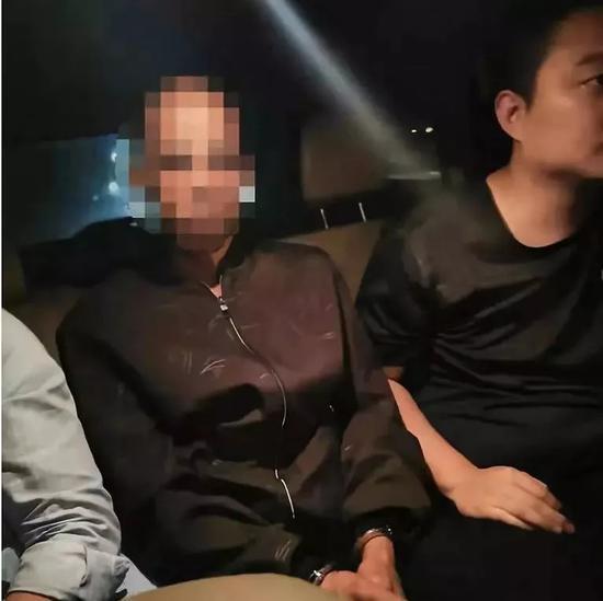 男子16岁时侵害一女孩,潜逃35年落网:为赎罪救了许多落水者