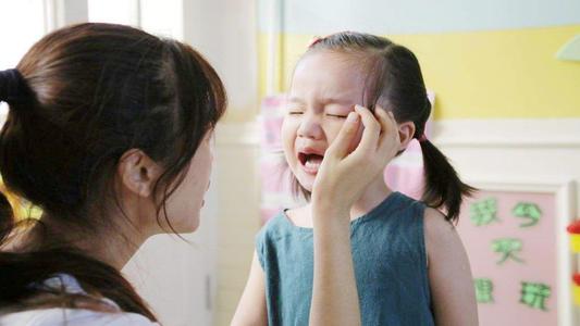 """孩子哭着说""""不想上幼儿园"""",别打骂,试试这3个方法"""
