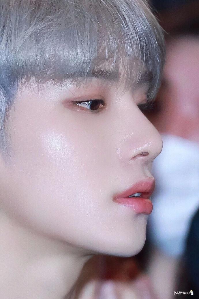 说到侧脸漂亮的男爱豆时,最先想起的爱豆,NCT成员金廷祐