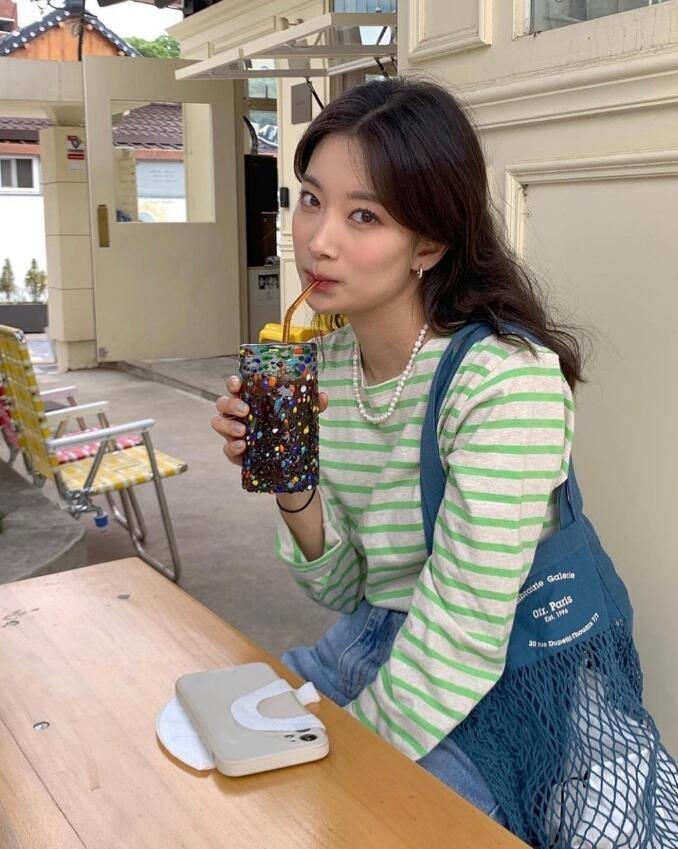 長相清新甜美而又略帶知性 典型的簡約韓系穿搭博主