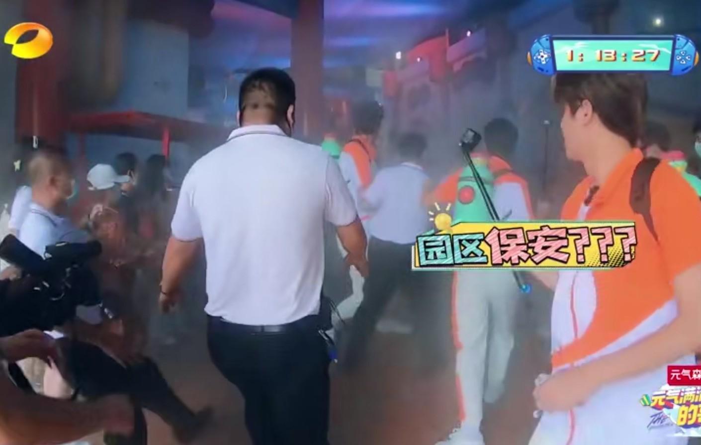 吴奇隆偷袭不成反被当成坏人被保安按倒在地,节目组遭质疑