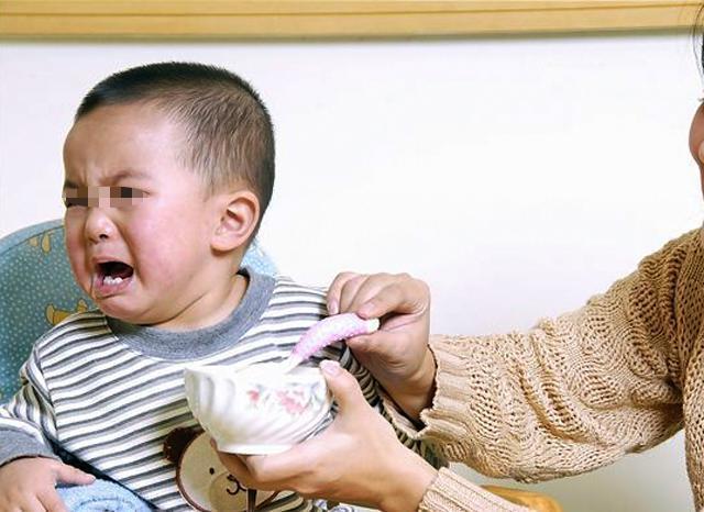 孩子被鱼刺卡喉怎么办?吞饭、喂醋纯属害娃,正确做法就两步