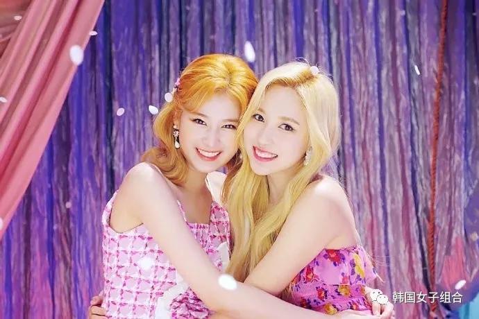 完全是童话中的公主们,这两位女团爱豆真的好漂亮呀