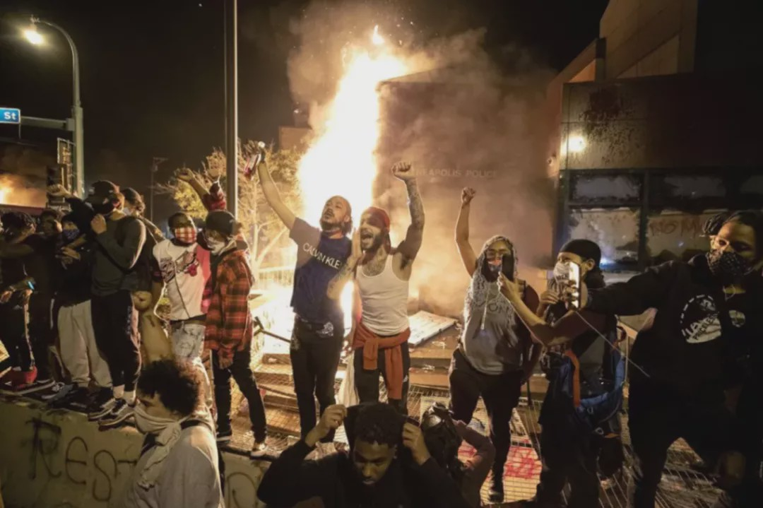 可怕升级,闹事抢烧烧,大中型暴动盛行英国,火枪手趁乱开枪群体