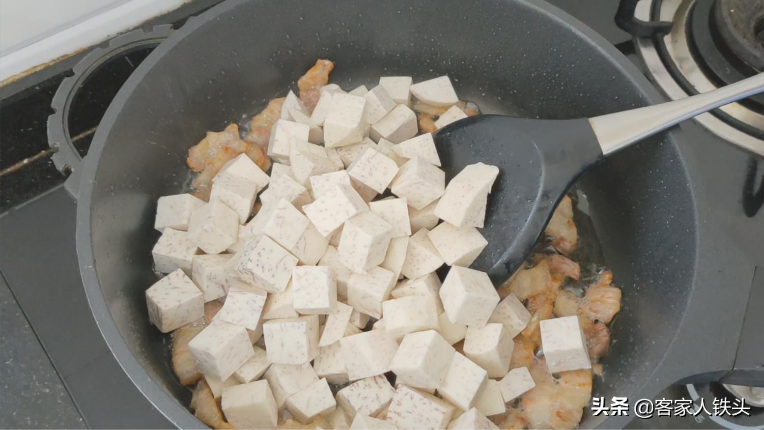 客家人愛吃的油豆腐,加1個香芋一起做,鹹香粉糯,咬一口滿嘴香