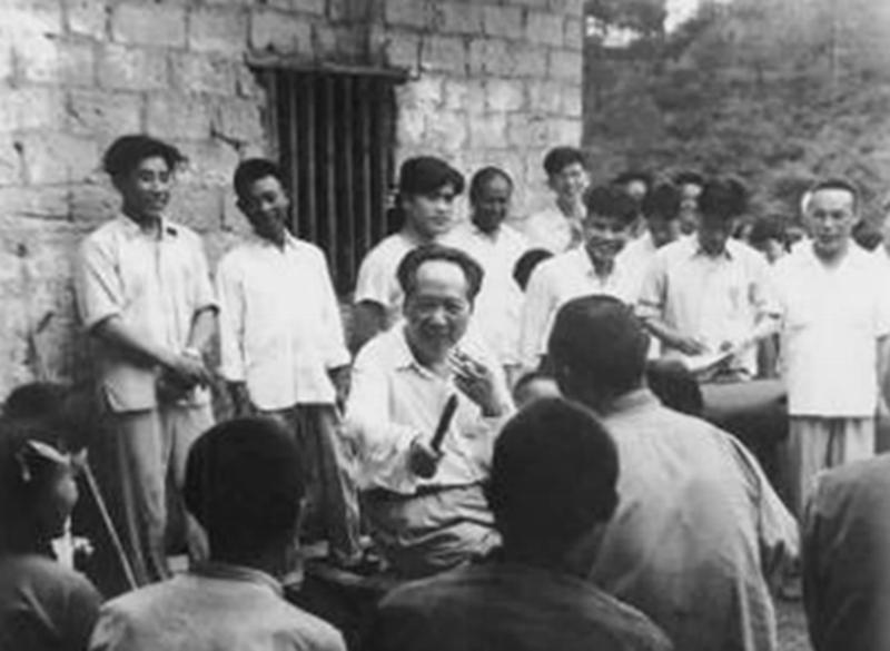 毛澤東時隔32年重回韶山,看到父母墳墓破爛不堪:不要修,就這樣