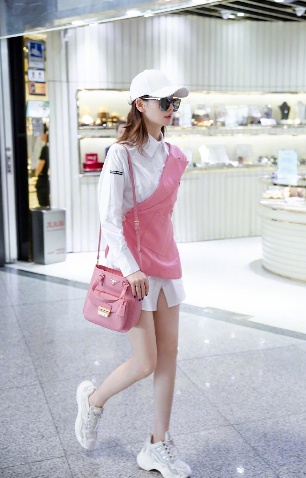 34岁戚薇又作妖,粉色西装撕半边套在白衬衫上,意外解锁新时尚