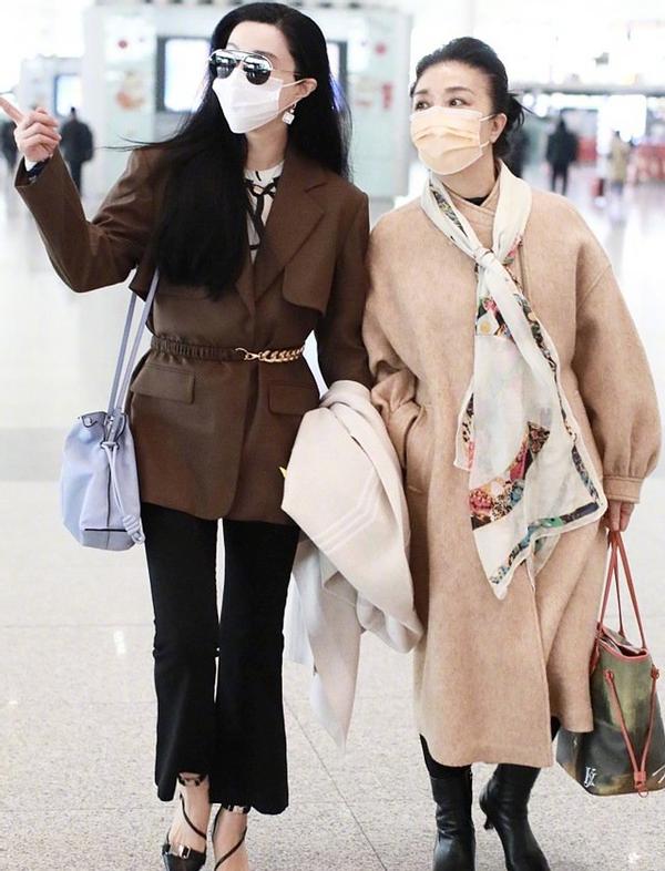 范冰冰高调现身机场,妈妈打扮贵气抢女儿风头,母女俩一身值套房