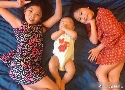 蔡少芬全家為女兒慶生,母女嘟嘴親吻張晉捏臉,魚蛋被蛋糕饞哭