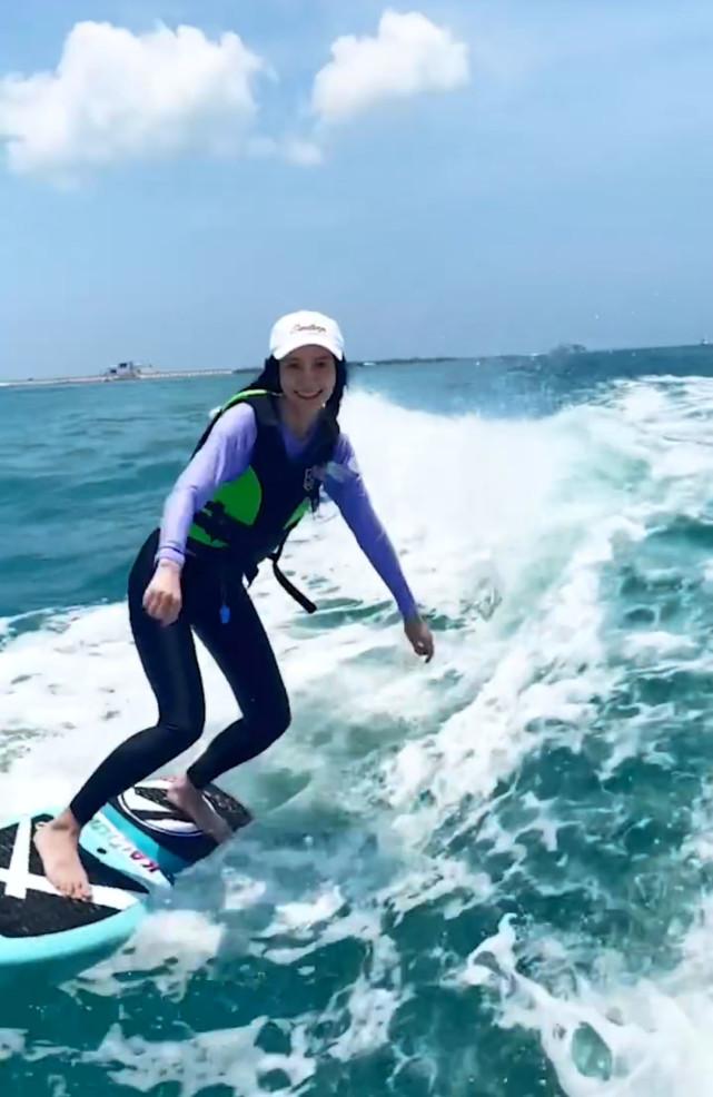 Angelababy独自带儿子小海绵三亚游泳,酷爱冲浪的她曾秀出视频,这一次她没有烟不离手