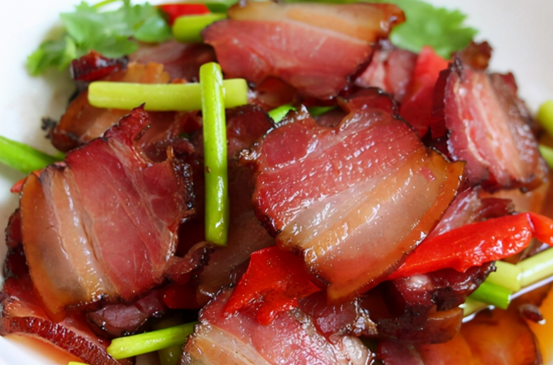 炒腊肉:切了就炒不好吃,又硬又咸!教您两招,腊肉又软又香